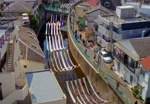 妙正寺川に反物を架ける「川のギャラリー」(写真:「染の小道」実行委員会)
