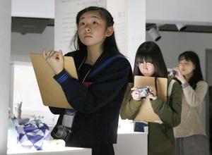 文化プログラムプレスセンターがスタートし、企画展を取材する中高生ら=2016年11月27日午後、東京都江東区