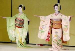 リニューアルした「ギオンコーナー」で京舞を披露する舞妓=京都市