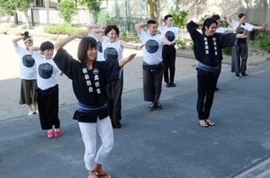 仙台に伝わる「すずめ踊り」の動きを地元の継承者から教わり、「東京キャラバンin東北」のパフォーマンスに生かした=2016年9月3日、仙台市