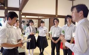 京都新聞記者(右端)から取材のアドバイスを受ける京都府宇治市の高校生たち=京都府宇治市の万福寺
