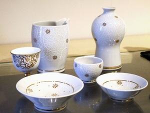 みやびなデザインが人気の錦山窯の九谷焼=石川県小松市
