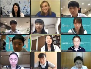 ケイティ・レデッキーさん(上段中央)とオンラインで交流する日本の中高生=2020年5月31日(ユーチューブから)