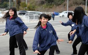 福島県いわき市の復興応援イベントでダンスを披露する會田もえさん(前列中央)=2019年1月28日