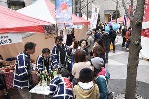 東京都内で開催された「汐留・新橋 企業合同物産展 NIPPON市 温泉・日本酒編」=2017年3月28日午後