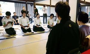 日本遺産を広めるイベントで、出演者ら(手前)を取材する高校生=2017年7月2日午後、京都府宇治市の万福寺