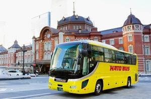 JR東京駅前を走る「はとバス」の車両(同社提供)