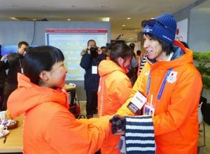 韓国・平昌の「ジャパンハウス」を訪問、葛西紀明選手(右)らと握手する被災地の中高生=2018年2月11日(共同)