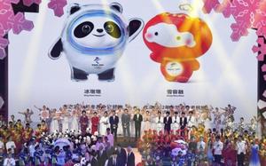 発表された2022年北京冬季五輪のマスコット「氷墩墩(ビンドゥンドゥン)」(左)とパラリンピックのマスコット「雪容融(シュエロンロン)」=2019年9月17日、北京(共同)