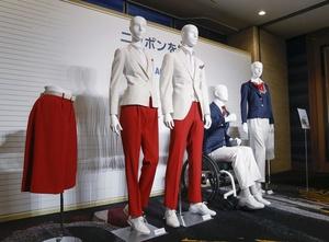 発表された、東京五輪・パラリンピックの日本選手団の公式服装。手前が開会式用の白のジャケットと赤のパンツ、キュロットで、奥は結団式などの式典用となる紺のジャケットと白のパンツなど