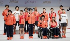 東京五輪・パラリンピックで日本選手団が着用する公式スポーツウエアが発表され、ポーズをとる選手ら=2020年2月21日午後、東京都中央区