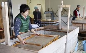 東京五輪・パラリンピックの表彰状に使われる美濃手すき和紙をすく職人=2020年3月、岐阜県美濃市